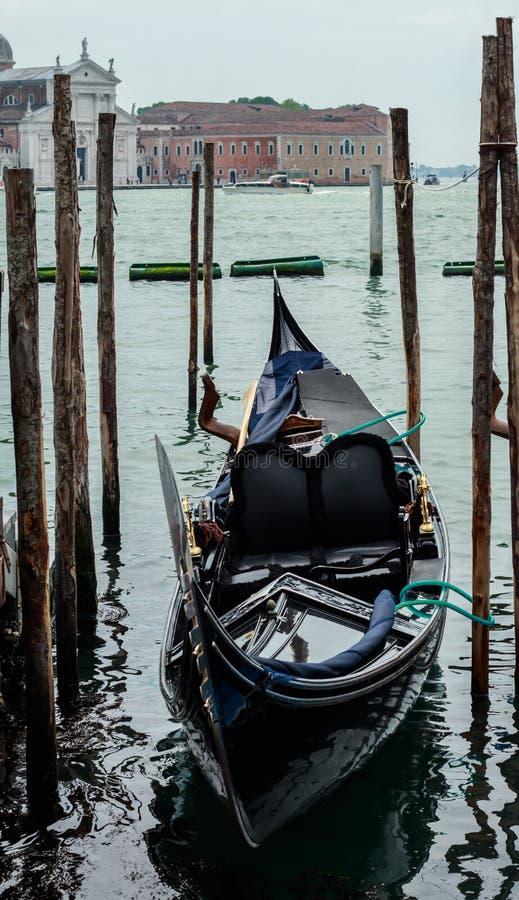 一条黑长平底船小船 图库摄影