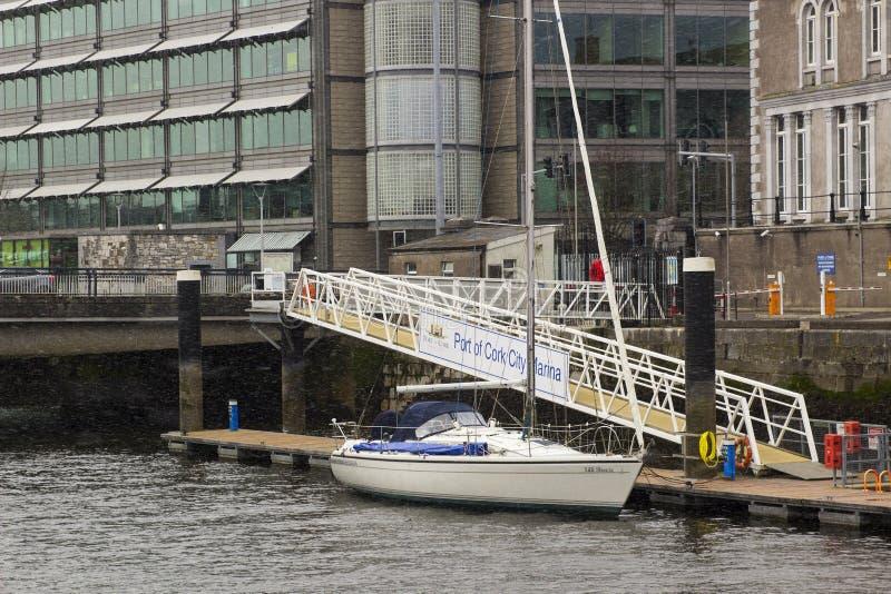 一条40只脚在大洋里航行的游艇被停泊对一个浮动甲板在入口对黄柏城市小游艇船坞口岸在爱尔兰共和国 免版税库存照片
