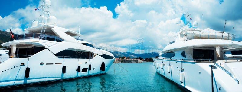 一条woundeful游艇在蓝色海 旅行,乘快艇,航行概念 免版税库存照片