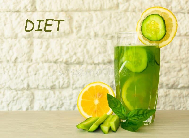 一杯从黄瓜和柠檬的健康绿色汁液用蓬蒿叶子装饰 概念节食 有用的夏天刷新的dri 免版税库存图片