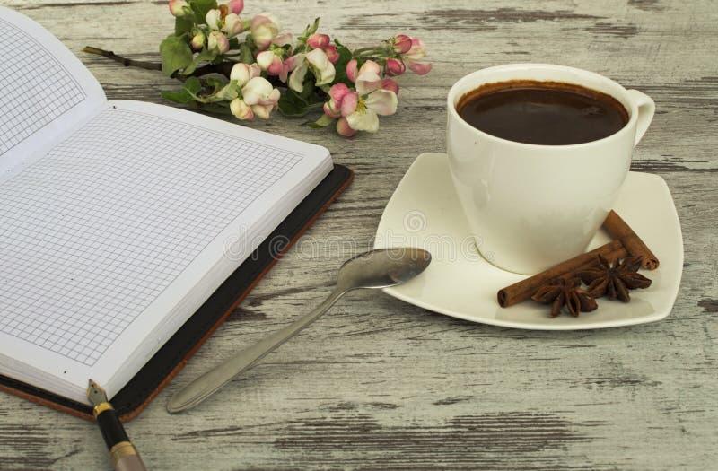 一杯咖啡、匙子和桂香 免版税库存照片