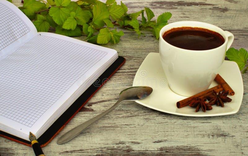 一杯咖啡、匙子和桂香 库存图片