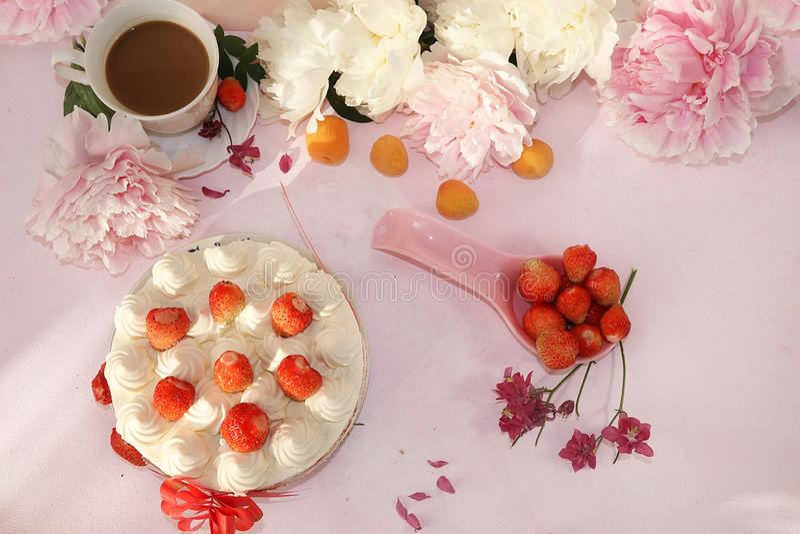 一杯咖啡、草莓蛋糕和新鲜的草莓在桃红色背景 夏天饮料和可口草莓蛋糕, 免版税库存照片