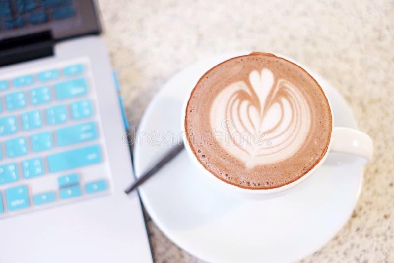 一杯咖啡与咖啡艺术的 库存图片