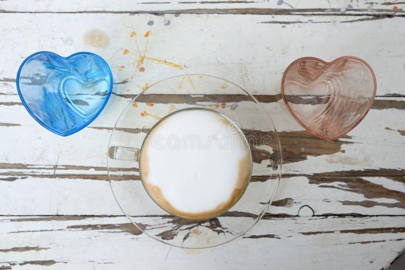 一杯咖啡与心脏形状玻璃的 免版税库存照片
