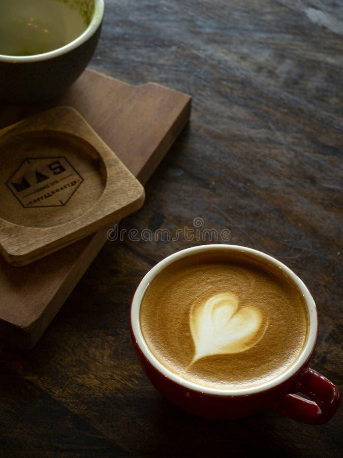 一杯咖啡与心脏拿铁艺术的 库存照片