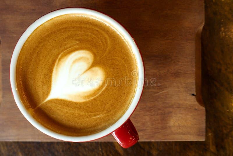 一杯咖啡与心脏拿铁艺术的 库存图片