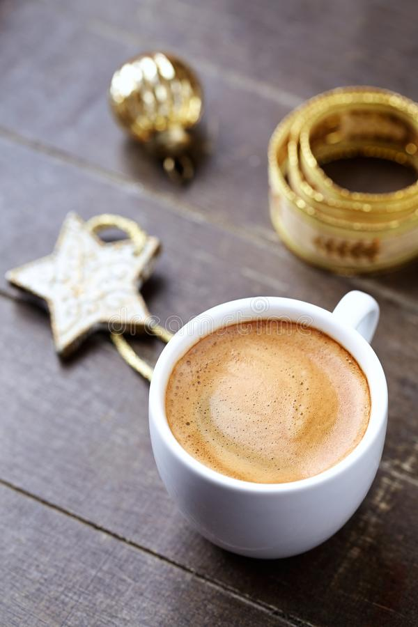 一杯咖啡和一个小圣诞节星 库存照片
