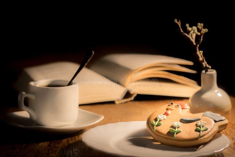 一杯咖啡和姜饼在桌上 图库摄影