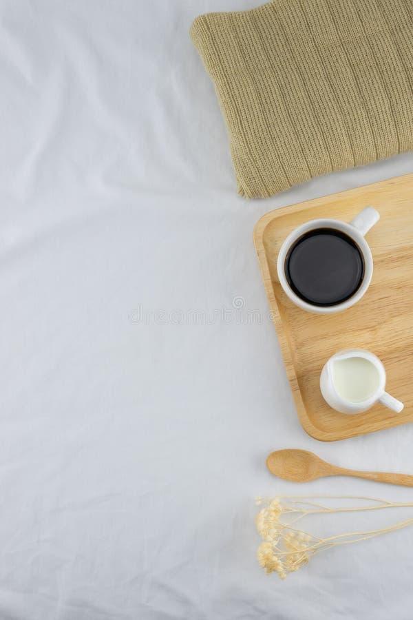 一杯咖啡和牛奶在木板材 库存图片