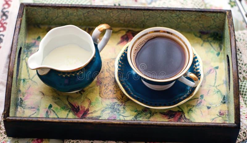 一杯咖啡和盛奶油小壶 库存照片