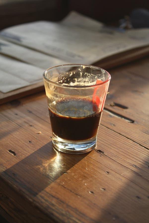 一杯咖啡在一张木桌里 库存图片