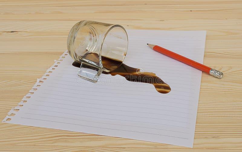 一杯咖啡在备忘录纸滴下了 免版税库存照片