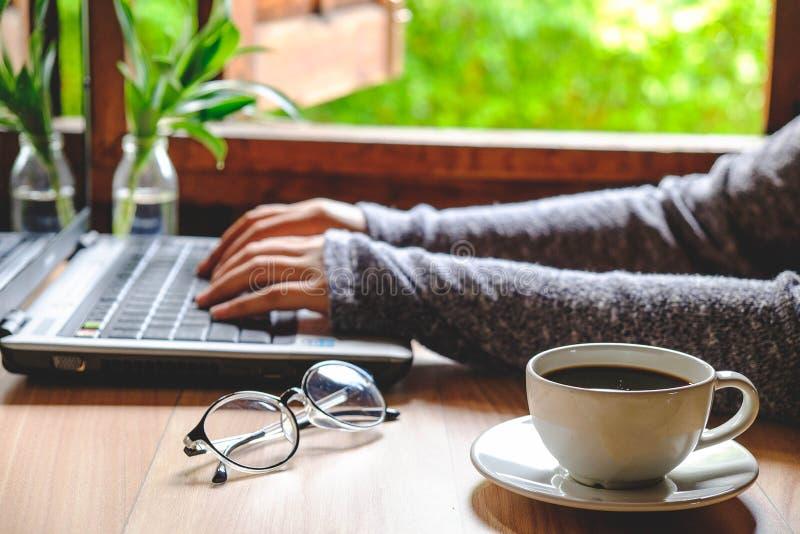 一杯咖啡在妇女` s工作的 免版税库存照片