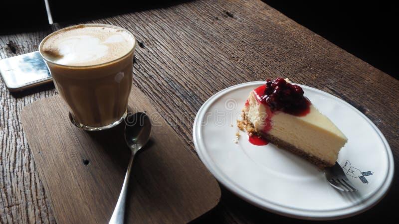 一杯咖啡在桌和蛋糕上的 库存图片