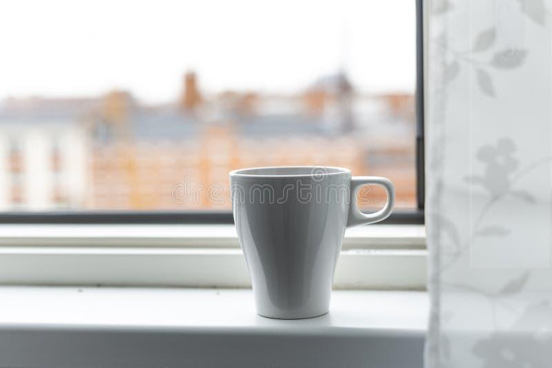 一杯咖啡在窗台的 大视窗 斯堪的纳维亚样式 库存照片