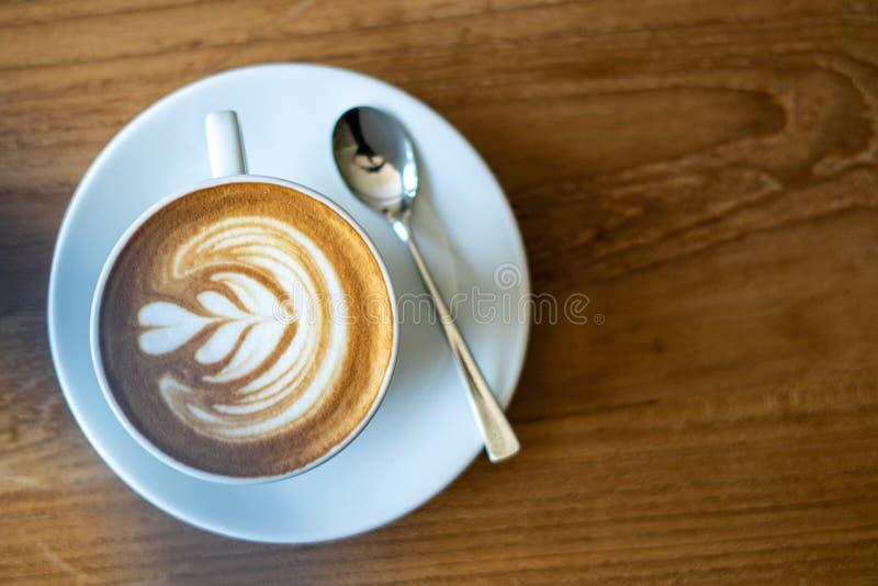 一杯咖啡在老木桌上的在咖啡馆咖啡休息在早晨 库存照片
