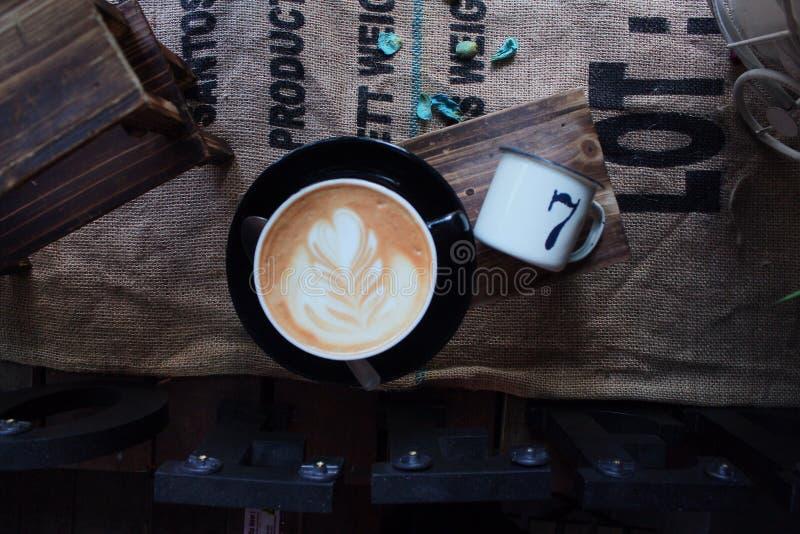 一杯咖啡在顶视图的有葡萄酒背景 免版税图库摄影