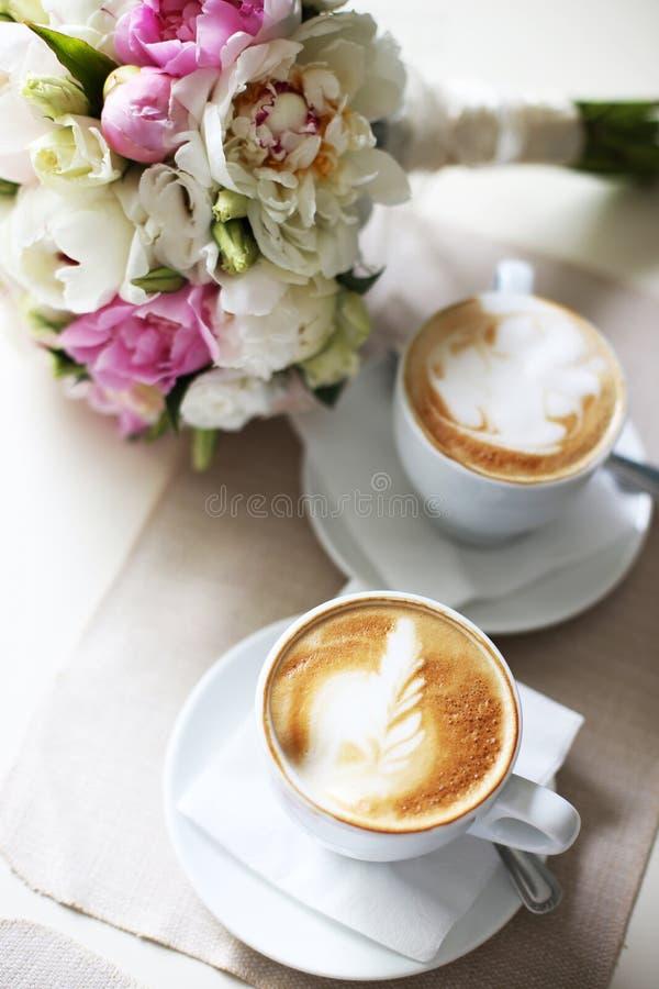 一杯咖啡的浪漫日期 免版税库存图片