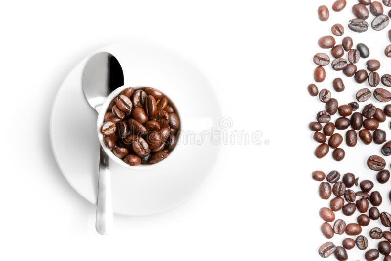一杯咖啡的顶视图在豆咖啡附近的 免版税库存图片