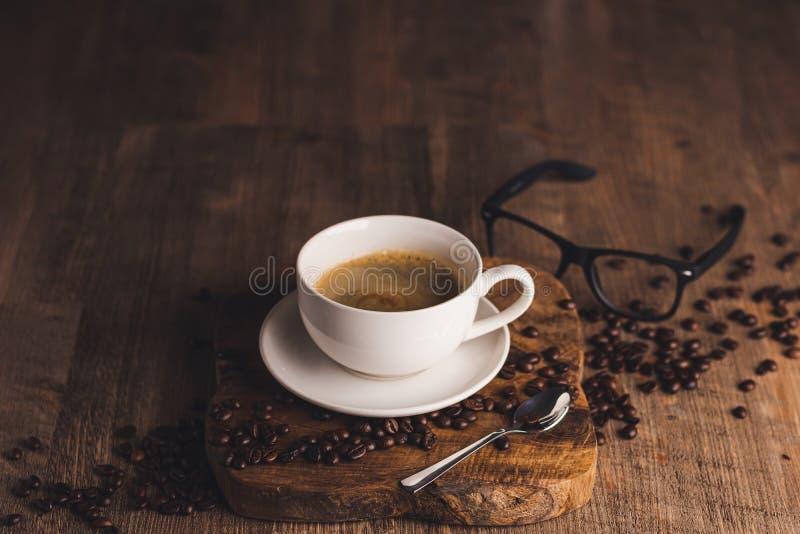 一杯咖啡站在桌上 图库摄影