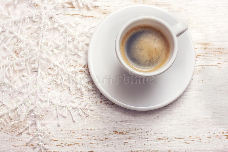 Download 一杯咖啡,在白色木背景的雪花 库存照片. 图片 包括有 乌贼属, 杯子, 研磨, 艺术, 土气, 浓咖啡 - 62530514