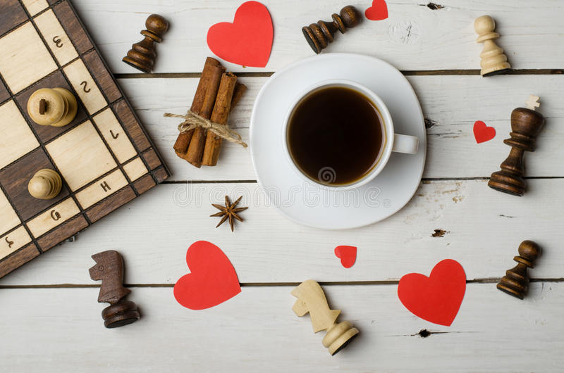 一杯咖啡,棋子和爱的概念 免版税库存图片