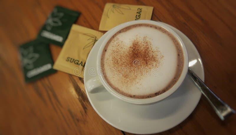 一杯在咖啡馆的热的可可粉 免版税图库摄影