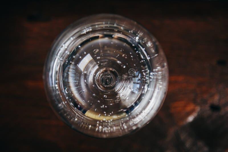 一杯在土气木红色背景的白酒 休息,假日,党 水晶玻璃特写镜头 复制空间 顶视图 库存图片