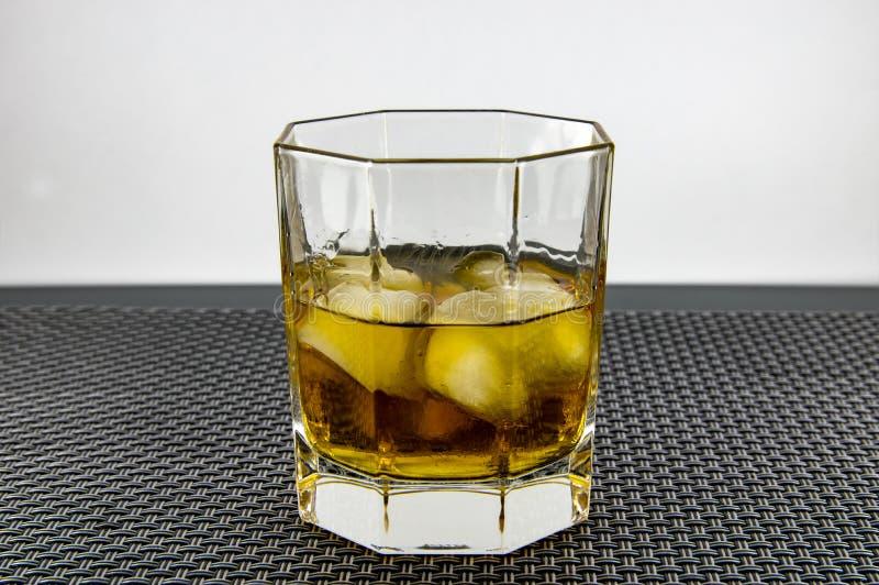 一杯威士忌酒和冰 库存照片