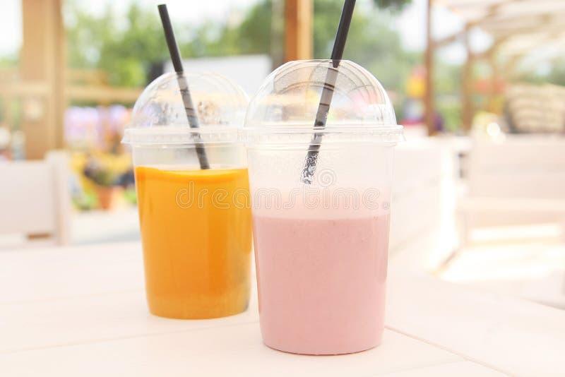 一杯户外五颜六色的新自然夏天饮料在夏天 库存图片