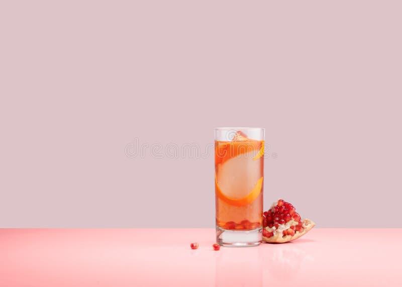 一杯桃红色香槟上升了闪耀的果子 免版税库存图片