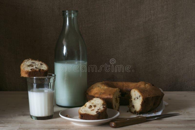 一杯牛奶用杯形蛋糕 免版税库存图片