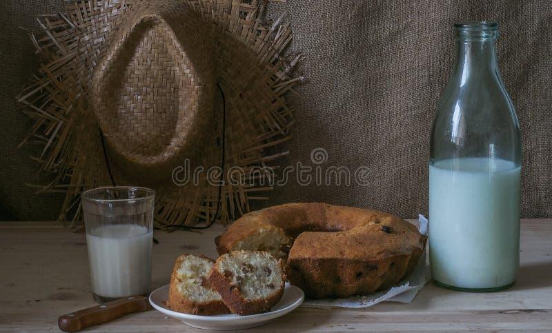 一杯牛奶用杯形蛋糕 库存图片