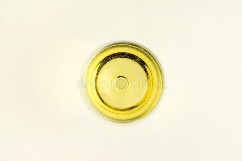 一杯白葡萄酒从上面。 库存图片