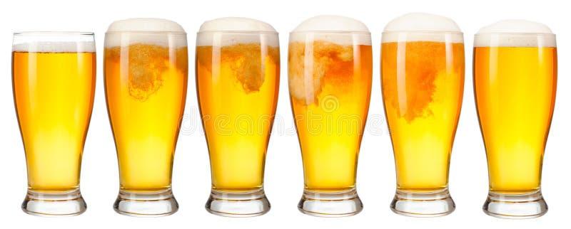 一杯的套与在白色背景隔绝的泡沫的冷光啤酒 库存照片