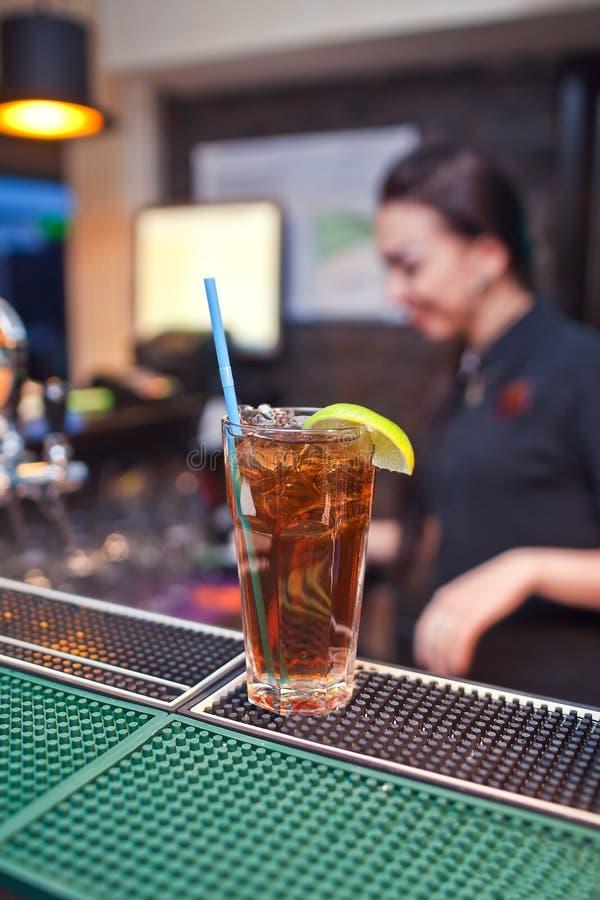 一杯的容量与冰的可口可乐和切片柠檬 图库摄影