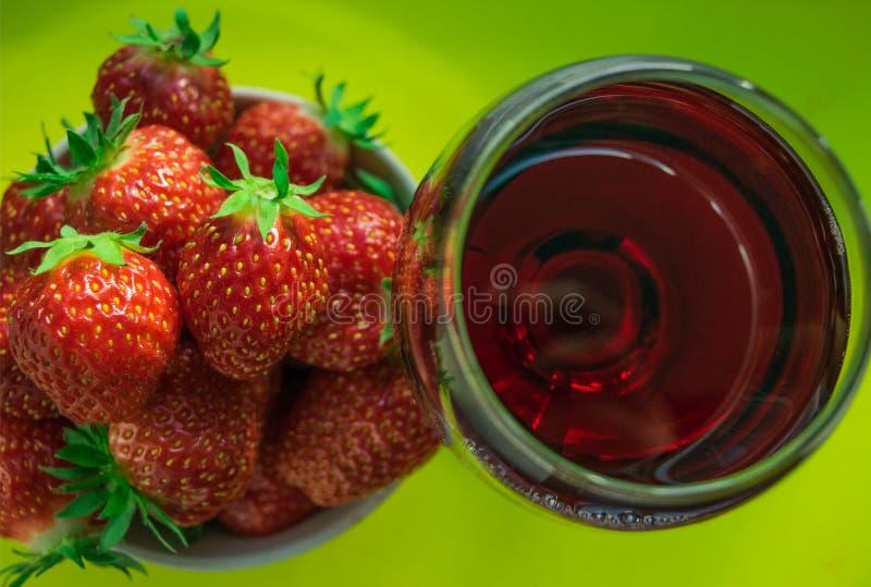 一杯红葡萄酒和新鲜的草莓 库存照片