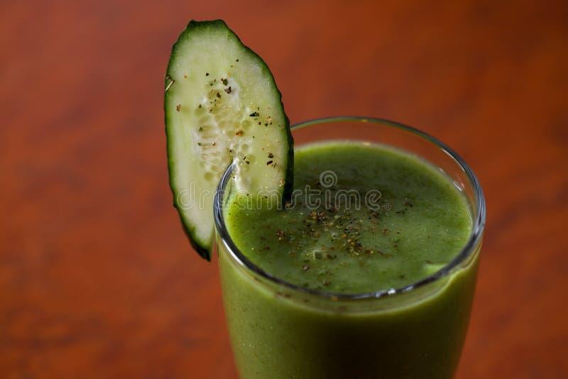 一杯绿色水果和蔬菜圆滑的人 免版税库存照片