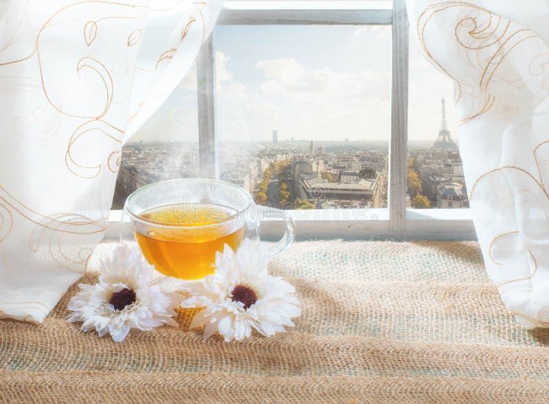 一杯茶在窗口的在巴黎和背景的艾菲尔铁塔 免版税库存照片