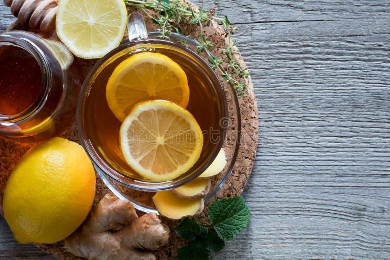 一杯茶用姜、柠檬、蜜蜂花和蜂蜜 库存照片