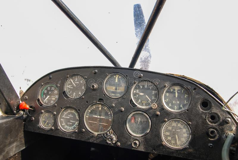 一架减速火箭的推进器飞机的驾驶舱仪表板 免版税库存图片