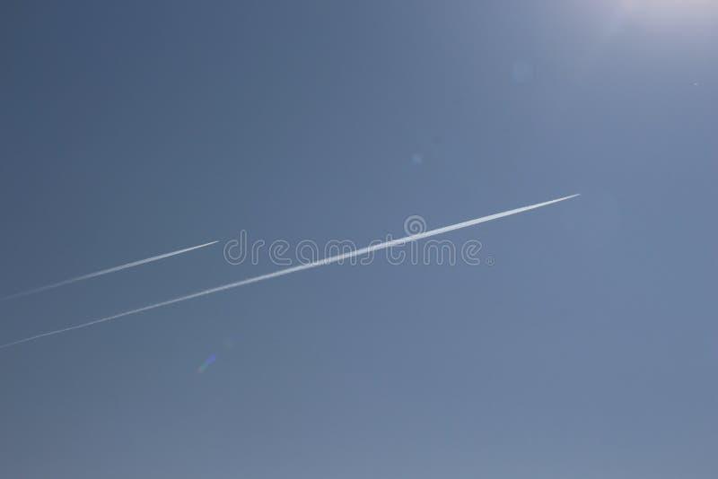 一架喷气机的足迹在蓝天/A高飞的航空器的在天空/ 库存图片