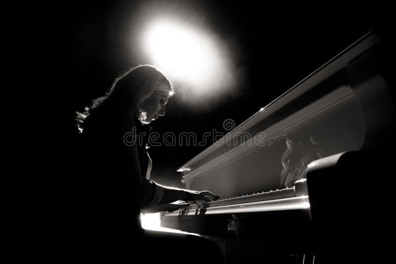 一架女孩戏剧钢琴的接近的看法在场面的音乐厅里 图库摄影