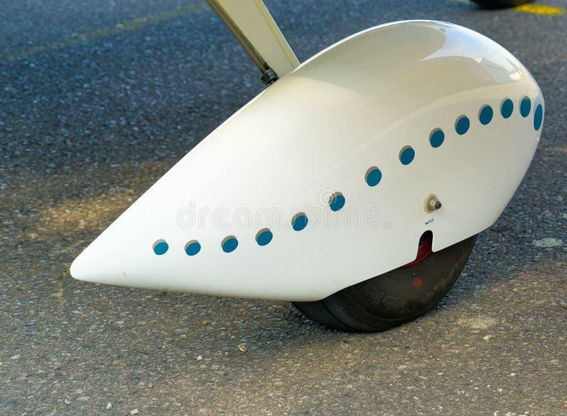 一架小型飞机的飞行动力学被整理的轮子的特写镜头,切除了 库存图片