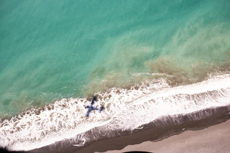 一架小飞机的阴影在岸的在Kaikoura海湾  库存图片