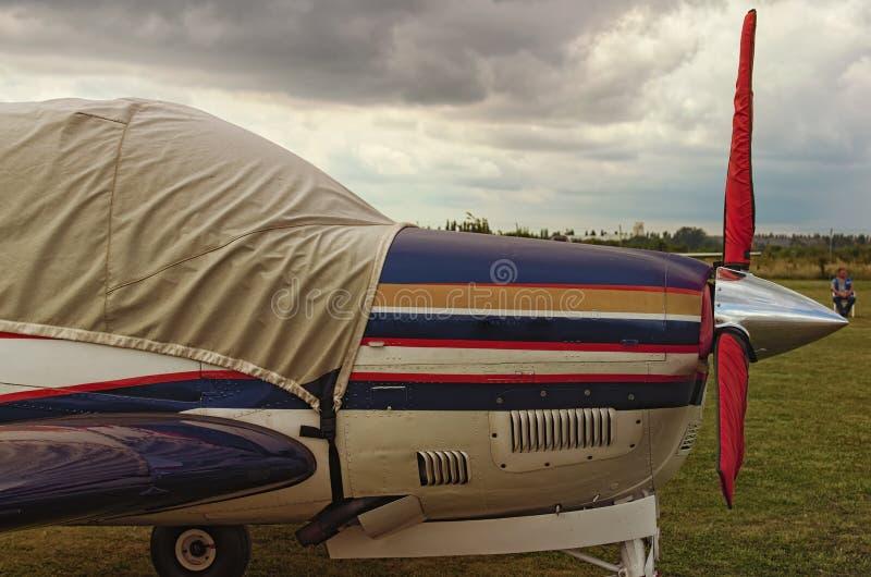 一架引擎飞机侧视图在一阴天 一个小私有机场在日托米尔州,乌克兰 免版税库存图片