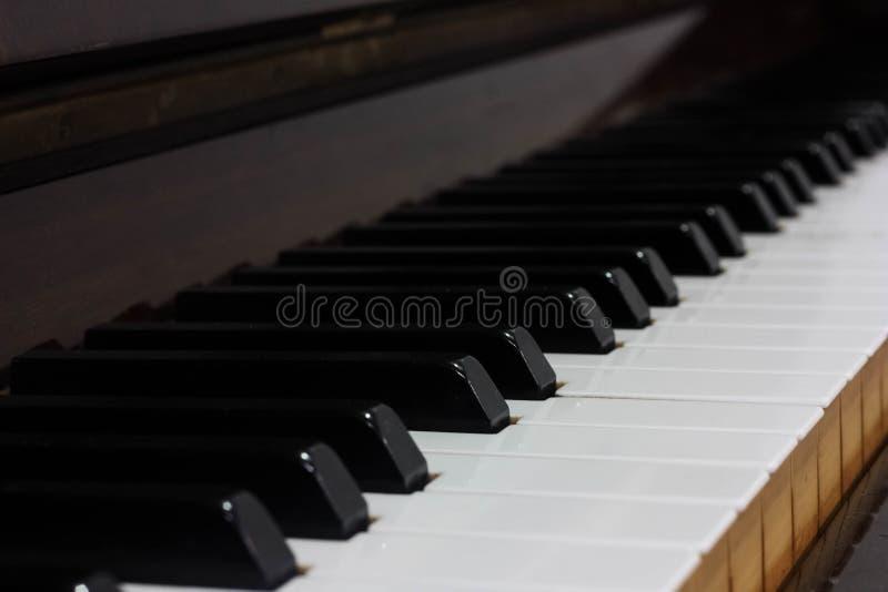 一架木钢琴瓦片的侧视图 免版税库存图片