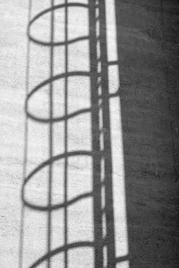 一架梯子的阴影在筒仓的 库存图片