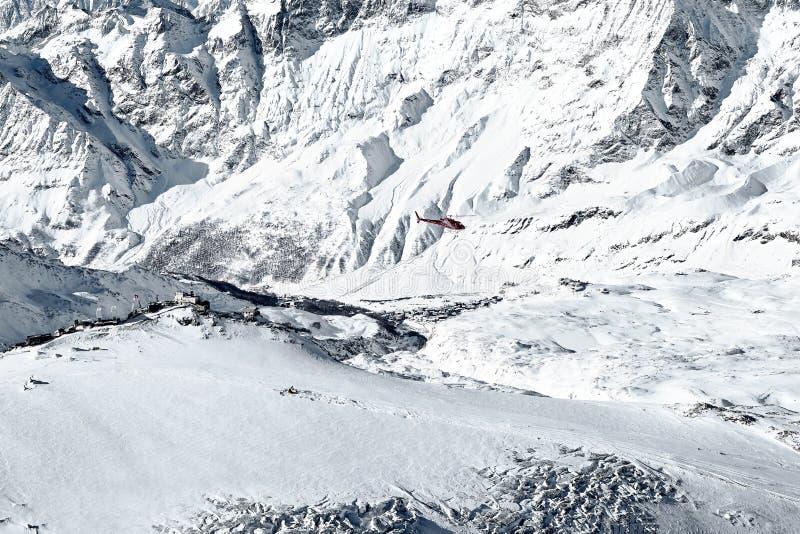 一架红色急救工作直升机的空中射击 免版税库存照片